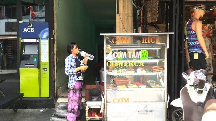 ベトナムin!1食目のベトナム料理は超どローカルレストランで!