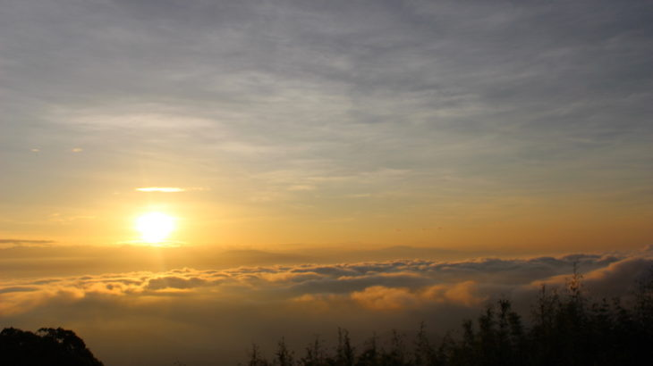 雲海から昇る太陽、幻想的なタイガーヒルのサンライズ。